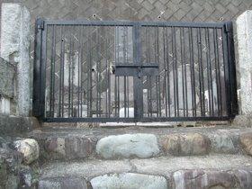 工事前の階段と門